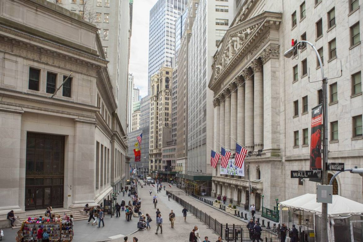 Reuters: Wall Street closes higher on signs of economic recovery